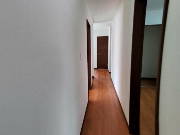 【リフォーム済】廊下は、壁天井クロス張替え、床重ね張り、照明器具も新品交換しました。建具も新品交換しています。