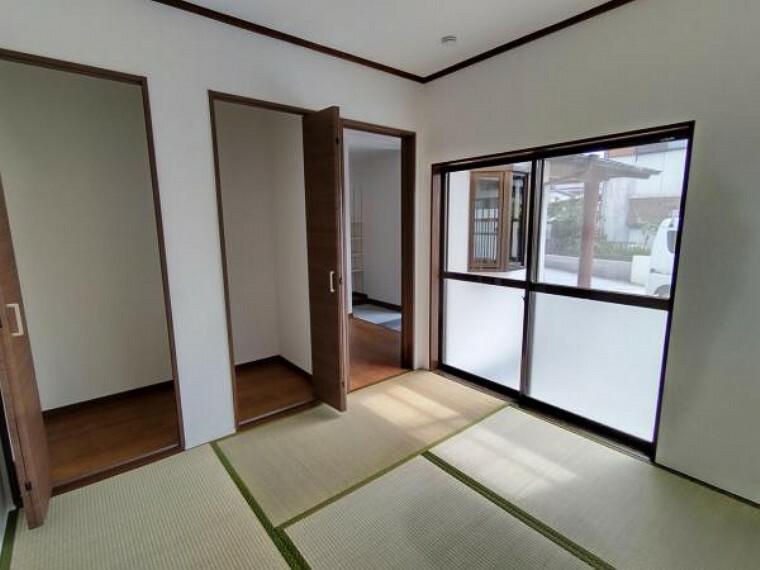 【リフォーム済】西側の和室です。壁、天井クロスを新品交換して畳を表替えしました。2方向に窓があるので明るい印象です。