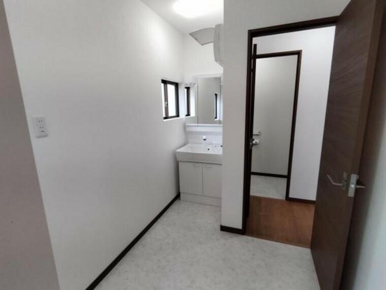洗面化粧台 【リフォーム済】洗面脱衣所です。壁、天井クロスを新品交換し床をクッションフロアで仕上げました。耐水性の高い素材なので、お掃除が楽になりますよ。