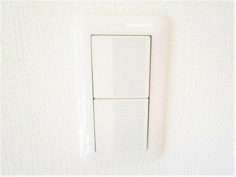 【リフォーム後写真】照明スイッチはワイドタイプに交換済です。毎日手に触れる部分なので気になりますよね。新品できれいですし、見た目もオシャレで押しやすいです。