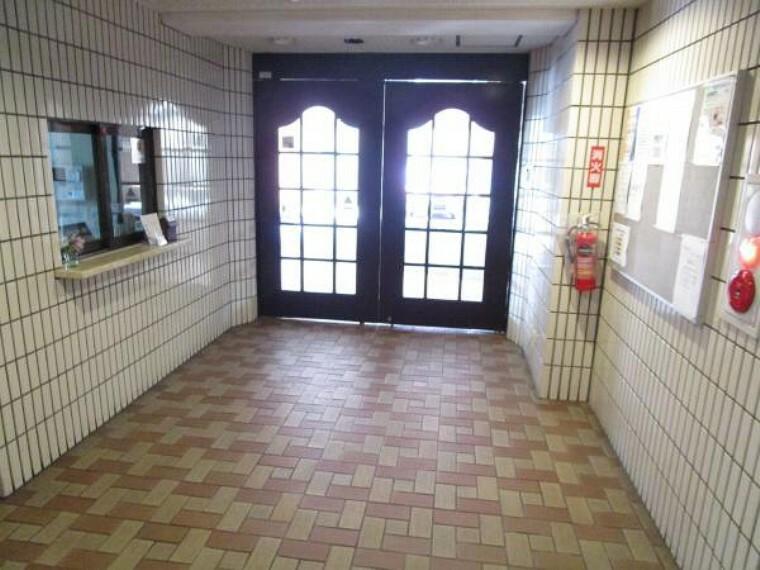 エントランスホール 【エントランス】マンションエントランスは入口入って右側に管理人室とエレベーターがあります。