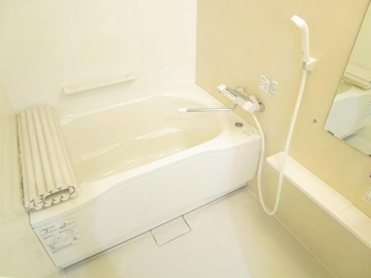 浴室 【リフォーム後写真】浴室はハウステック製の新品のユニットバスに交換しました。浴槽には滑り止めの凹凸があり、床は濡れた状態でも滑りにくい加工がされている安心設計です。