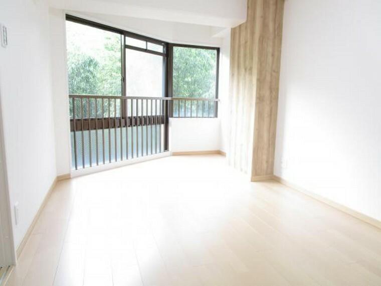 【リフォーム後写真】6畳和室は洋室へ生まれ変わりました。設置した3枚扉を開放すればリビングとしてもお使いいただけます。ライフスタイルに合わせてお楽しみください。