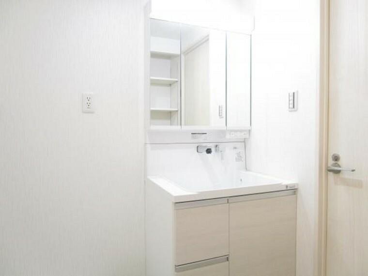 洗面化粧台 【リフォーム後写真】洗面化粧台はハウステック製の新品に交換しています。三面鏡の裏側はすべて収納になっています。洗面ボウルは底が平らなので、つけ置き洗いなどの家事でも活躍します。
