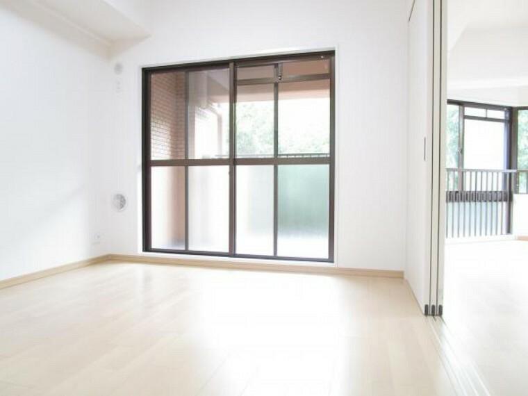 居間・リビング 【リフォーム後写真】約10帖リビング別角度から。ライフスタイルに合わせて隣接する洋室と繋いでお使いいただくことも可能です。