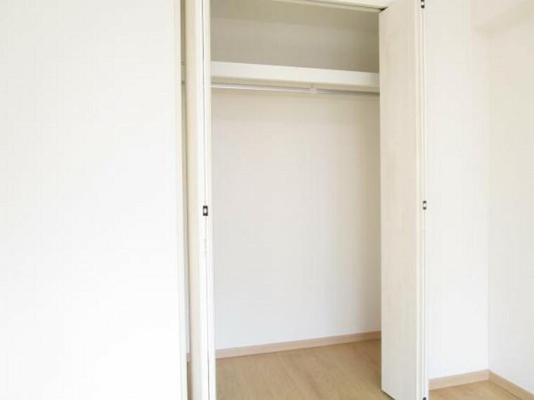 収納 【リフォーム後写真】玄関入って右手の約5帖洋室にもクローゼットを新設しています。ハンガーパイプ付きですので大切なお洋服を皴をつくらず収納していただけます。