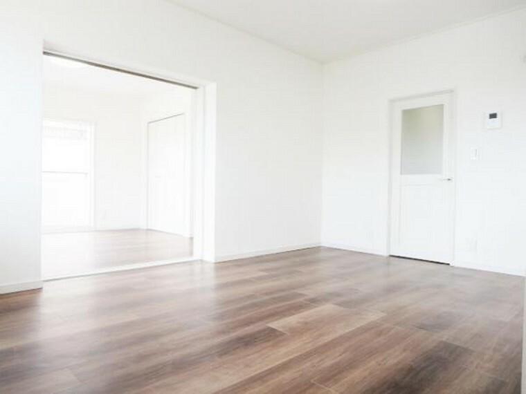 居間・リビング 価格には消費税、リフォー価格には消費税、リフォーム費用を含みます。自社物件につき随時ご案内可能。内覧希望の方はお電話ください。【リフォーム済】出入口ドア交換・床・天井・壁張替えて明るいリビングになりました。