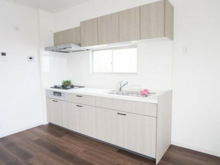 キッチン 【リフォーム済】新品リクシル製システムキッチンを設置。毎日のお料理作り楽しんで下さい。収納はタップリ出来て引出式で開け閉めもスムーズです。天板は人工大理石で傷付きにくく使いやすいです。