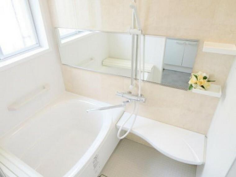 浴室 【リフォーム済】浴室は0.75坪タイプのリクシル製のユニットバスを新設しました。シャワーはスライドバーで高さ調整が自在で使いやすいです。新しいお風呂で一日の疲れを癒して下さい。