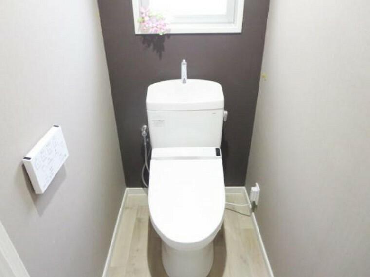 トイレ 【リフォーム済】トイレの便器は前所有者様が交換済で美品でしたので綺麗にクリーニングをしました。天井・壁クロスは張替えて、床は耐水性の高いクッションフロアを張りました。