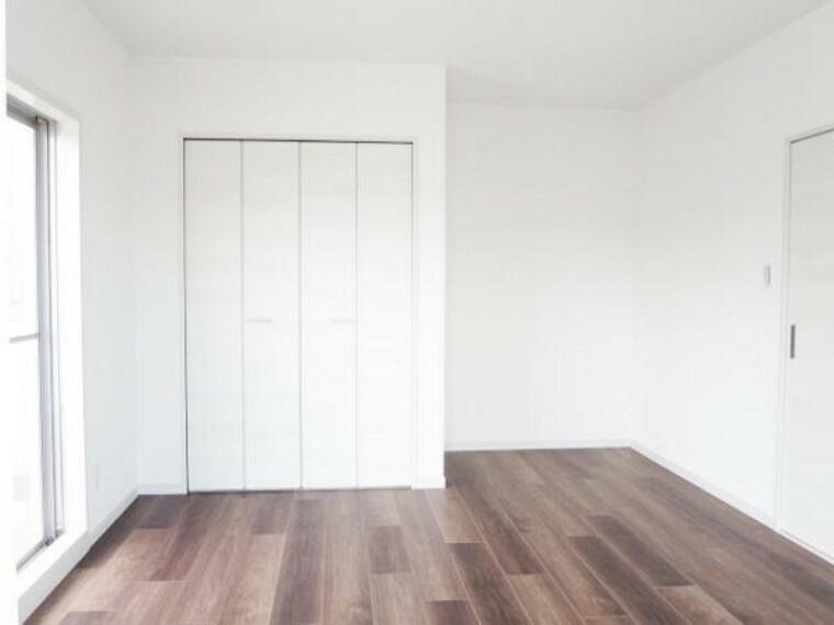 【リフォーム済】北東ルーフバルコニーに面した9帖洋室です。使い勝手を考え和室から洋室へ変更。床を張り、壁は真壁から大壁にしてクロスをはり、押入をクローゼットに変更しました。