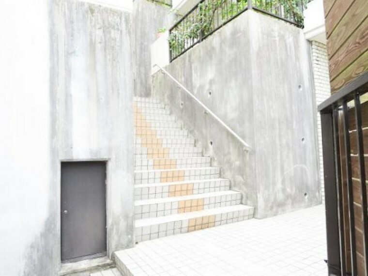 【階段】棟内には、エレベーターがありません。303号室は正面の階段を登ってそのままお部屋まで行けます。共有階段はきちんと管理され綺麗です。