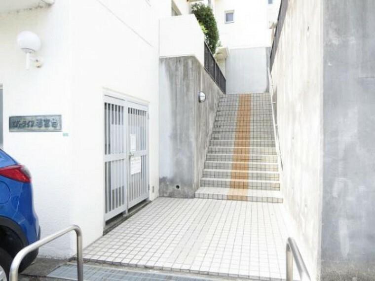 外観写真 【建物入口】入口は棟ごとにあります。303号室は正面の階段を登ってそのままお部屋まで行けます。8階も道路に面してますので、対面側からも入れます。