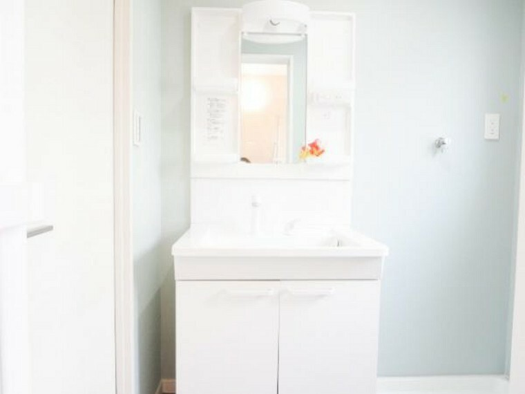 洗面化粧台 【リフォーム済】洗面化粧台は前所有者様が交換済で美品でしたので綺麗にクリーニングをしました。便利な伸び縮みするシャワーヘッドで、収納棚は取り外して洗えます。