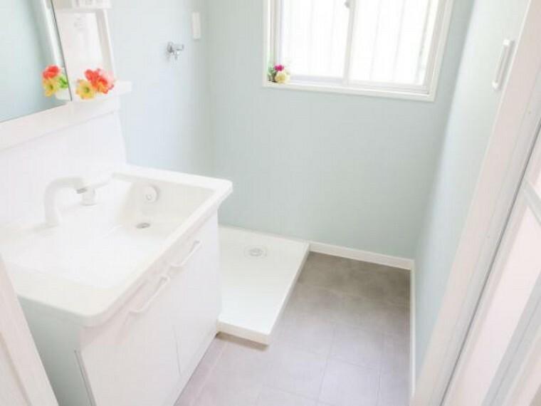洗面化粧台 【リフォーム済】洗面脱衣所。出入口ドアを交換して、床は耐水性の高いクッションフロアを張り・天井・壁クロスも張り替え済みです。そして、洗濯パン・水道の蛇口も新品に交換。