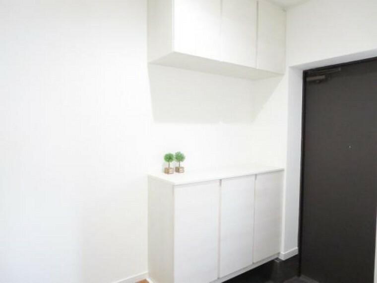 玄関 【リフォーム済】新品の幅1200mmのシューズBOXです。棚板は、消臭機能付きシート仕上げなので、玄関の気になる臭いも低減します。水洗いも出来ますので汚れても心配ありません。