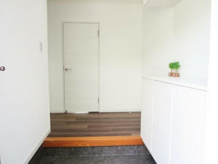 玄関 【リフォーム済】玄関ホールから廊下です。フロアタイル床・天井・壁クロス張り替えました。そしてすべての出入り口ドアも交換しましたので、開け閉めスムーズです。