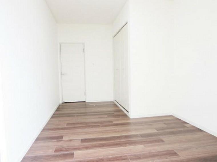 【リフォーム済】南東側専用庭に面した中央6.5帖洋室です。使い勝手を考え和室から洋室へ変更。床を張り、壁は真壁から大壁にしてクロスをはり、出入口ドア交換・クローゼットを新設。