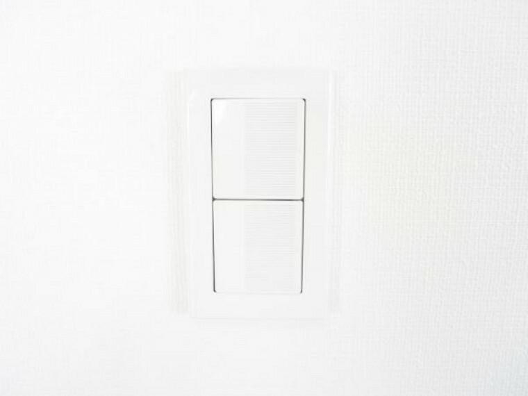 【リフォーム済】照明スイッチは全てワイドタイプに交換済。毎日手に触れる部分なので気になりますよね。綺麗になり、見た目もオシャレで押しやすいです。細かな箇所までリフォーム済です。