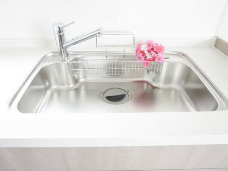 キッチン 【リフォーム済】リクシル製シンクは大きな鍋も洗いやすく、独自の底面形状と段差のコンビネーションで、シンクの奥の段差に向けて汚れやゴミをスムーズに洗い流せます。