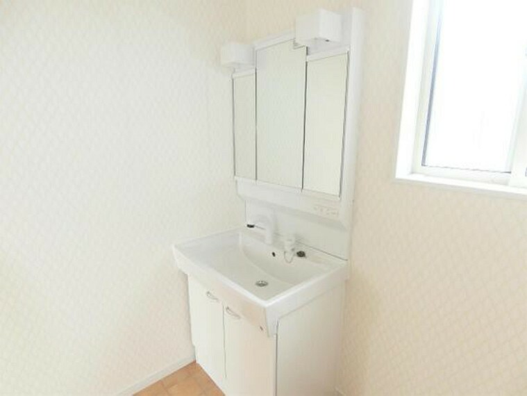 洗面化粧台 嬉しい3面鏡の洗面台です。