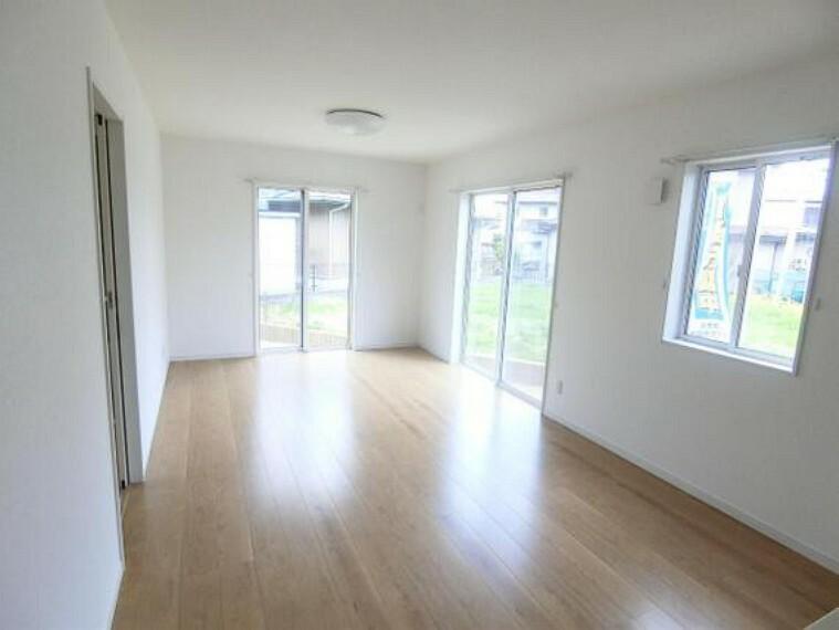 居間・リビング LDKは約15帖あり、ゆったりと家族団らんできる広さです。