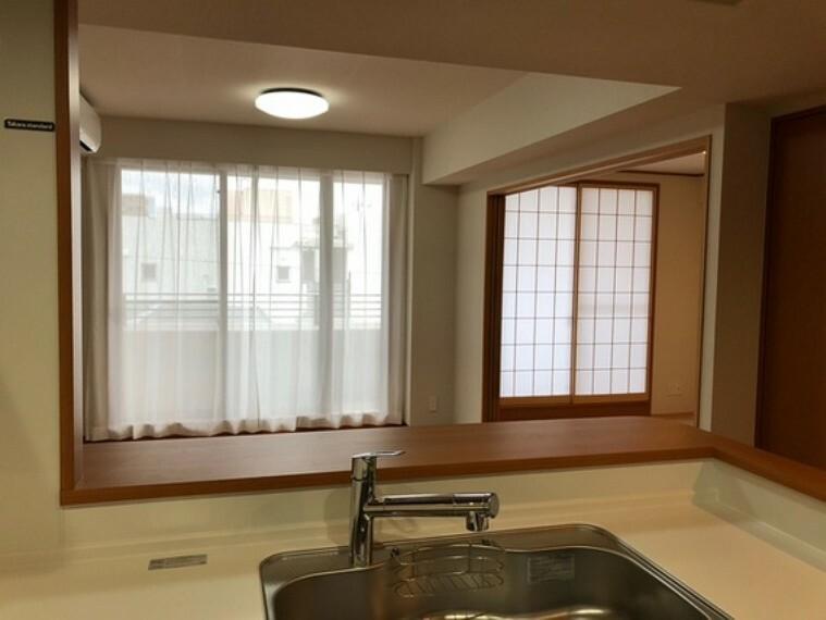 キッチン キッチン側からのLD・和室の窓
