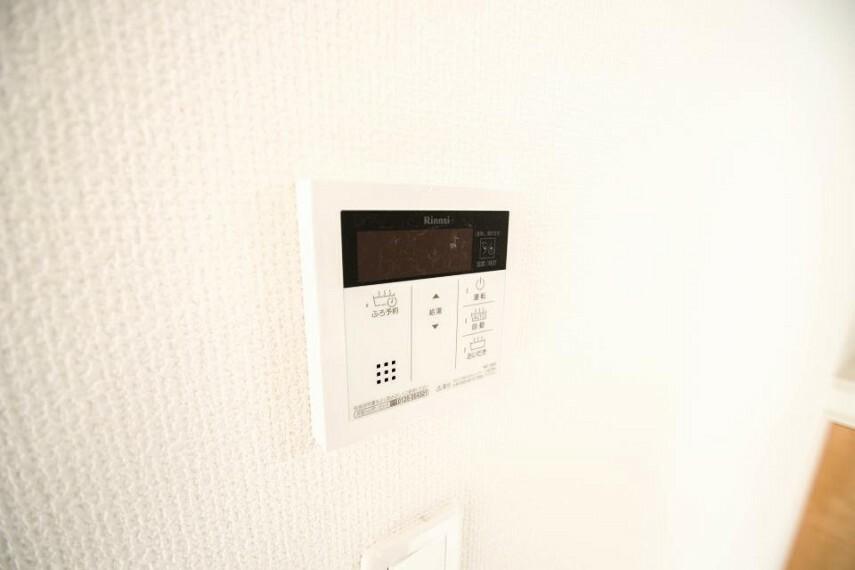 発電・温水設備 【追い焚き機能付スイッチ】 追い焚きで消費されるガス代(もしくは電気代)と、お湯張りの費用を比較したところ、追い焚きがほぼ半額の値に。家計に優しい機能であることがわかります。