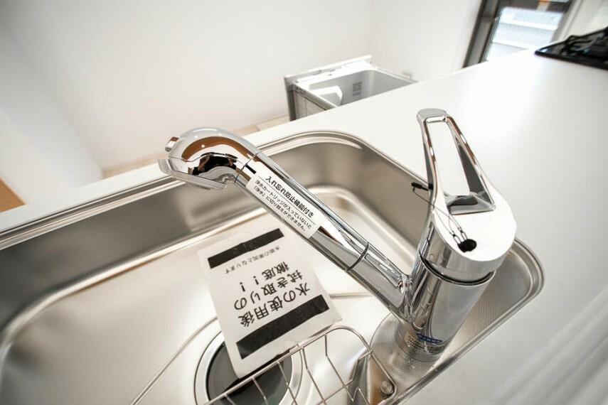発電・温水設備 【浄水器一体型混合水栓】 一つの蛇口で「原水(水道水)」「シャワー」「浄水」を切り替えられる、浄水器を内蔵した混合水栓です。浄水は、水栓本体の首部分に付属のカートリッジをセットして使用します。
