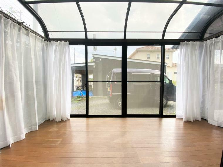 リビングダイニング サンルームつき。洗濯物干しはもちろん、リビングの延長として癒しのスペースを作ってみてもいいですね