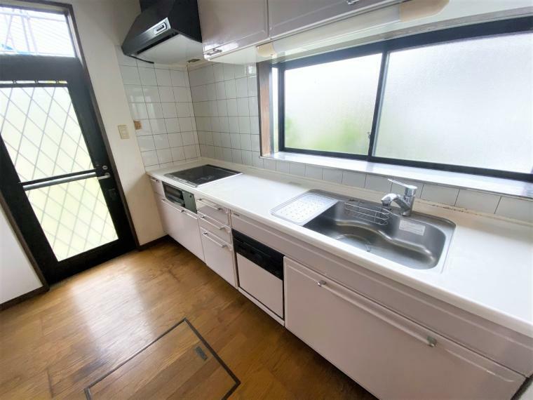 キッチン 明るく広いキッチン。出窓でミニハーブを育てるのも楽しそうです!