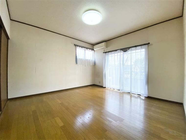 洋室 洋室8帖。ゆとりある主寝室。バルコニーに面していて陽当たりも良好