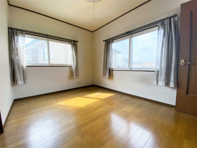 洋室 洋室6帖。腰高の窓が設置された2面採光のお部屋。