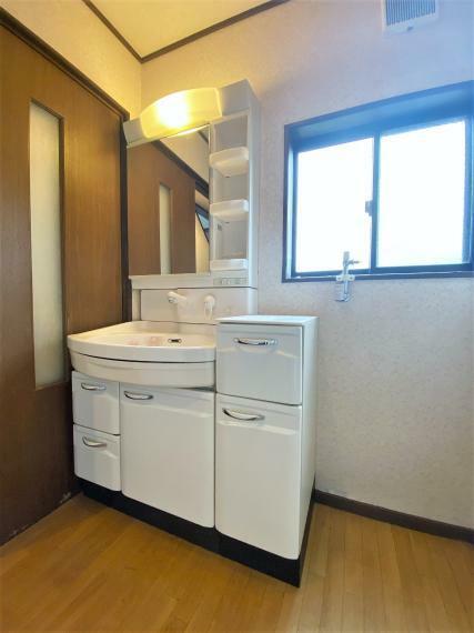 洗面化粧台 ゆったりとした幅の洗面化粧台。収納スペースも充実で小物もすっきり収まります!
