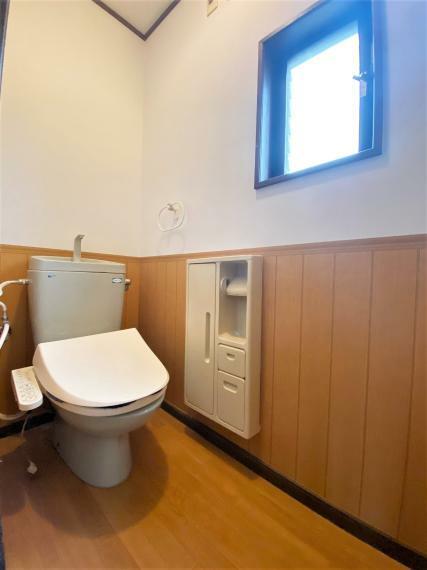 トイレ 温水洗浄便座仕様。小窓があり明るく通気性のあるトイレ