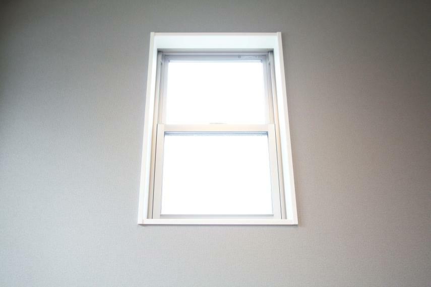 居間・リビング 【全居室複層ガラス】 断熱性・遮音性に優れた複層ガラスでございます。夏は涼しく、冬は暖かい空間を保つことができ、快適な暮らしを叶えてくれます!