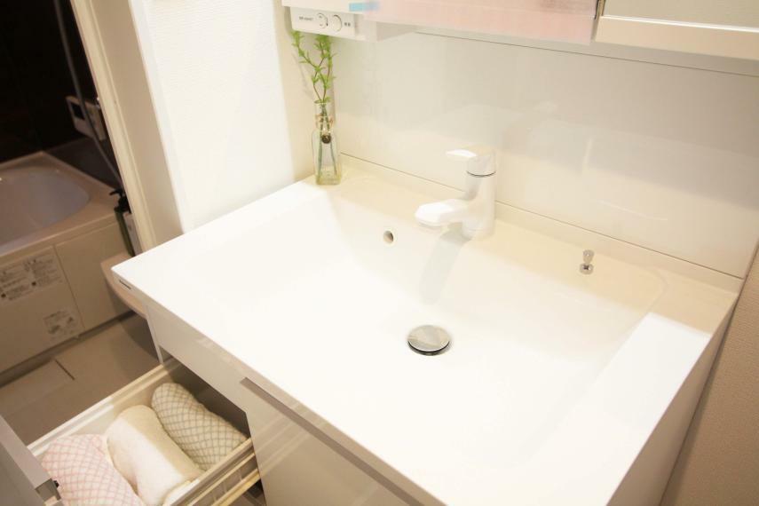 洗面化粧台 【洗面台-機能的】 化粧品が広げられる作業スペースやお掃除が楽にできるシャワー水栓、鏡裏収納など、機能的な洗面台になっております!収納が多いので、洗面台上を常に綺麗な状態に保つことができます!
