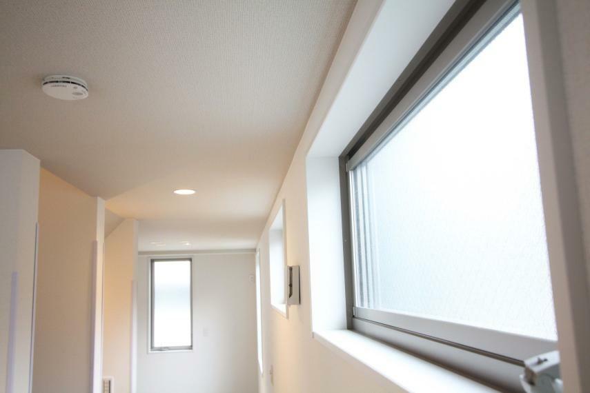 リビングダイニング 【LDKの高窓】 この窓のおかげで、明るい空間を実現でき、高い位置にあることにより、隣家の目を気にすることなく、のんびり暮らすことができる優れた窓になっております!