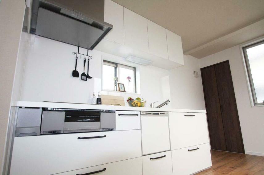 キッチン 【キッチン-機能性】 食器洗浄乾燥機が付いているので、食事後の食器洗いの手間が省け、ボタン一つで、洗浄から乾燥まで全て完了するので、体力的な負担も減ります!『家事ラク』にピッタリな機能でございます!