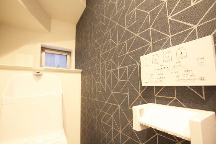 トイレ 【ウォシュレット機能付トイレ】 ウォシュレット機能の他に、脱臭機能なども付いておりますので、いつでも快適で、清潔な空間を保つことができます!