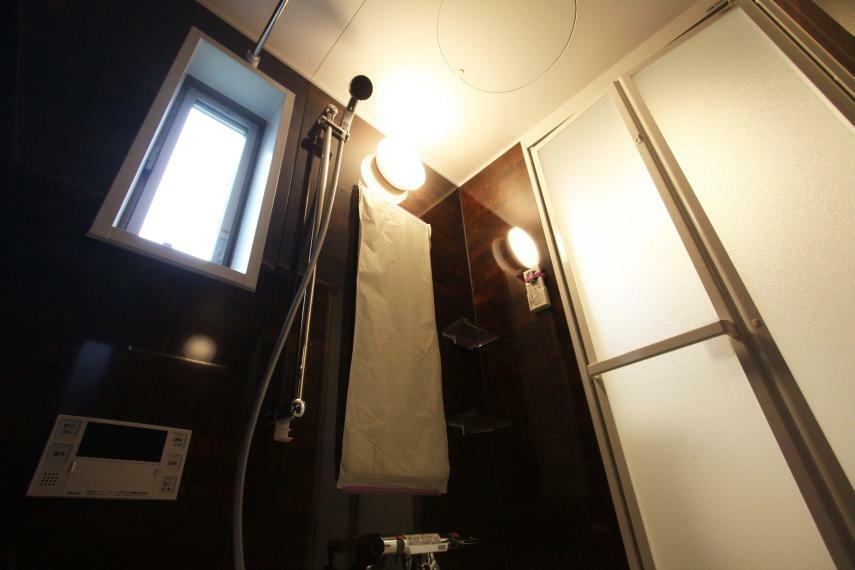 浴室 【浴室-楽々】 浴室暖房乾燥機が付いているので、冬場の入浴も暖かく快適に、梅雨の時期には室内物干しスペースにもなります!乾燥機があるおかげで、浴室特有のカビやヌメヌメも解消されます!