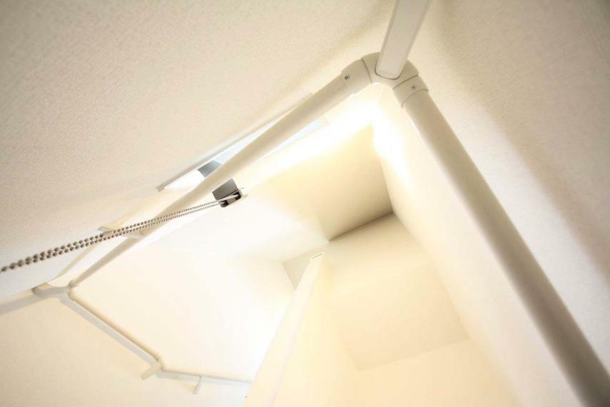 【階段の吹抜】 吸い込まれそうなこの空間は2~3階にある吹抜でございます!照明の優しい光が、吹抜部分も照らし、開放感のある空間になっております!
