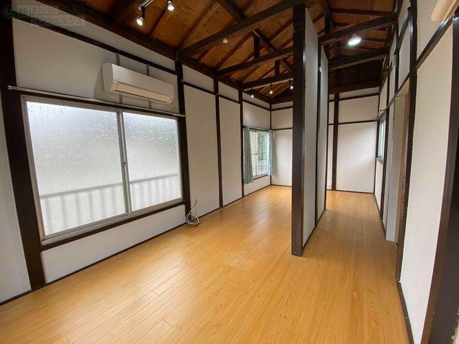 洋室 《2階》10.5帖のベットルーム。エアコン付きの明るいお部屋です。天井抜きで古民家風な所も味がありますね