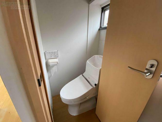 トイレ 《2階トイレ》トイレは2カ所にあり、小窓も付いているので換気もバッチリです。