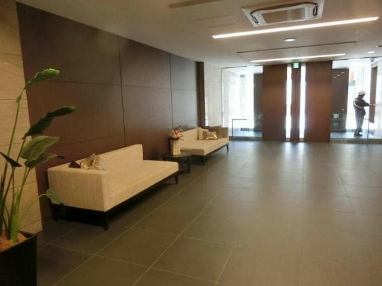 ロビー 二重扉のエントランス部分です。 広く開放的な空間はお客様のウエイティングスペースとしても有効活用出来ます。 現地(2021年04月)撮影