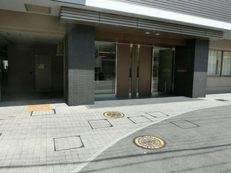エントランスホール 共用部・駐車場スペース 立体駐車場タイプと平面タイプの2種類があります。現在空きはありません。 現地(2021年04月時点)