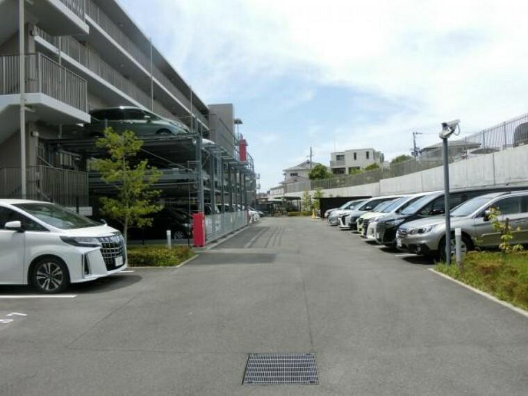 駐車場 共用部・エントランス部分 車停めスペースがある南側マンション玄関部分です。広い空間を保っています。 現地(2021年04月)撮影