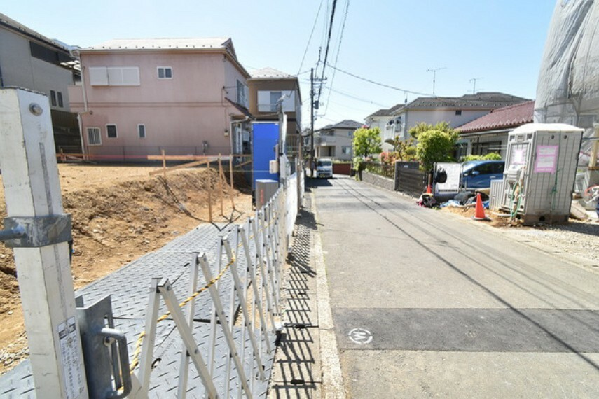 現況写真 【前面道路】 前面道路は道幅が4.5mございますので、余裕を持って駐車が可能です。 詳細は(株)ゲットハウスまで。