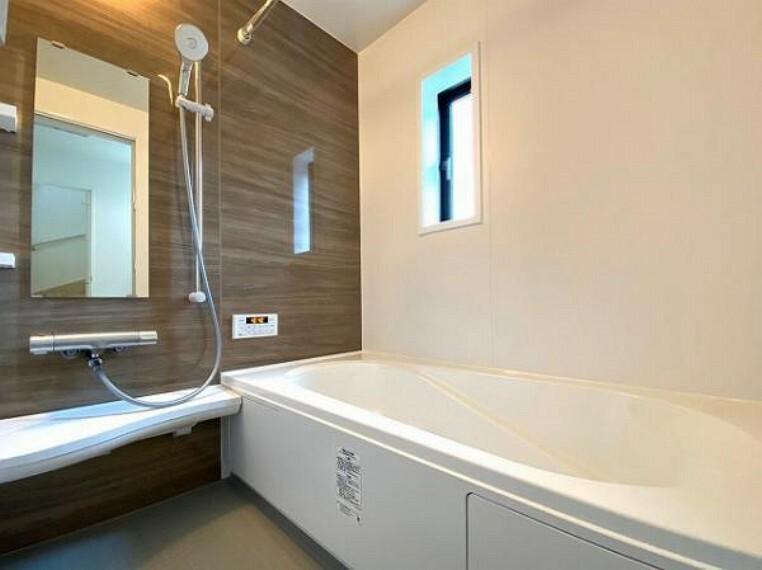 浴室 1坪以上の広々とした浴室には隠れた嬉しい設備がたっぷりついております。お掃除が楽にできたり、節水効果があったりと、バスタイムを快適にお過ごし頂けます!