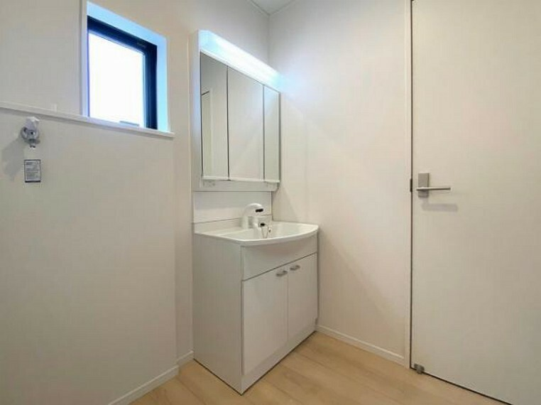 洗面化粧台 小窓付きの洗面室は、毎朝心地よい光を運んでくれるので、すがすがしい気持ちで1日をスタートできます!
